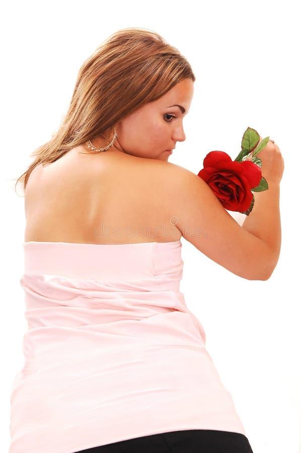 Hübsches Mädchen im rosafarbenen Lügen auf Fußboden. lizenzfreies stockbild