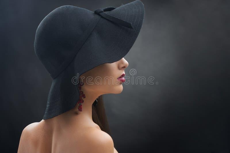 Hübsches Mädchen im schwarzen Hut stockfotos