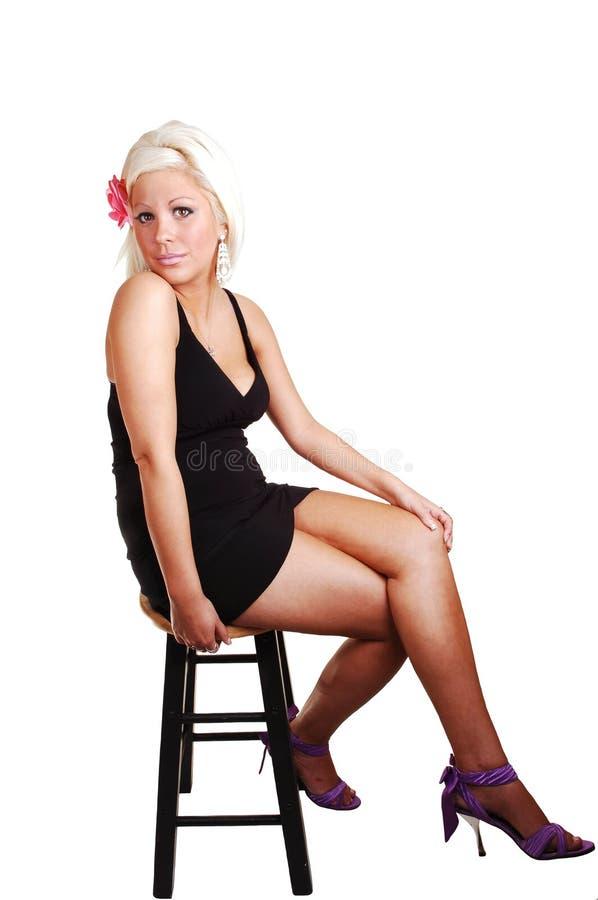 Hübsches Mädchen im schwarzen Kleid. stockbilder