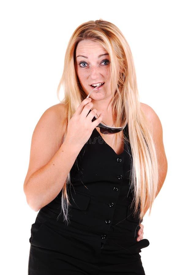 Hübsches Mädchen im schwarzen Kleid. stockfotografie