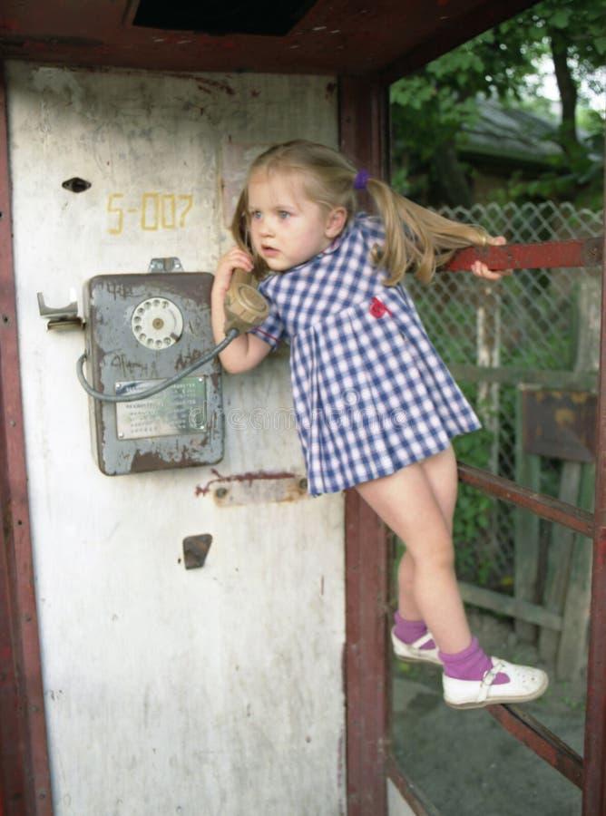Hübsches Mädchen im Telefonstand lizenzfreies stockbild