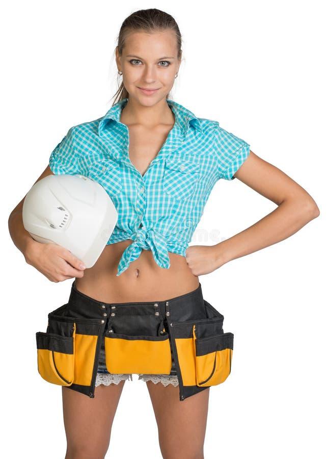 Hübsches Mädchen kurz gesagt, Hemd und Werkzeug schnallen das Halten um stockbild