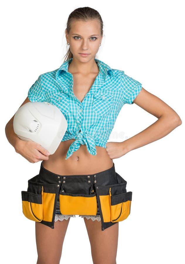 Hübsches Mädchen kurz gesagt, Hemd und Werkzeug schnallen das Halten um lizenzfreies stockbild