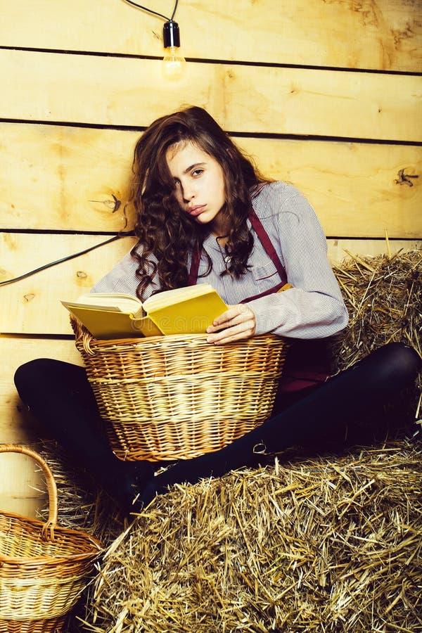 Hübsches Mädchen liest Buch stockfoto