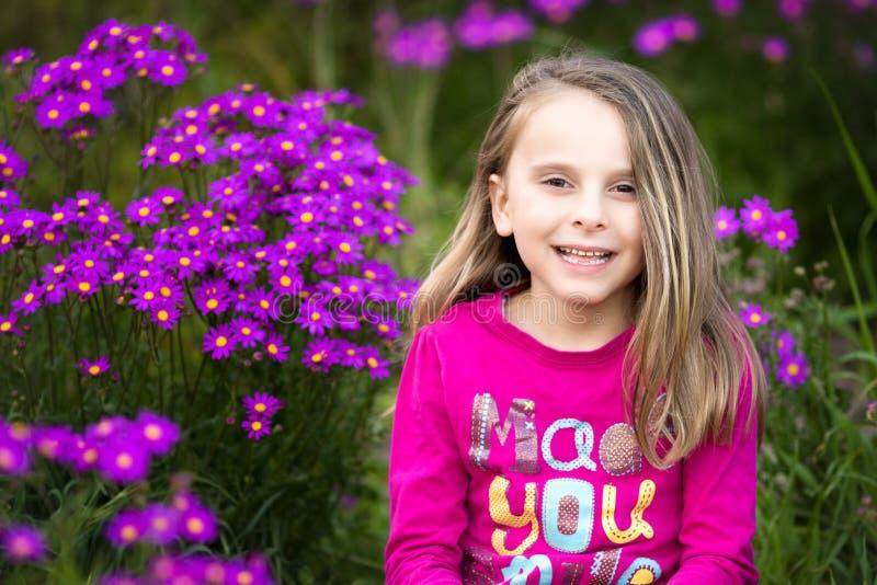 Hübsches Mädchen mit Blumen lizenzfreies stockfoto