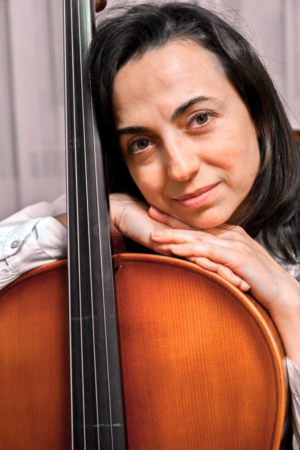 Hübsches Mädchen mit Cello lizenzfreies stockfoto