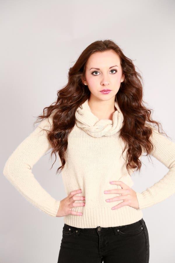 Hübsches Mädchen mit dem großen Haar lizenzfreies stockfoto