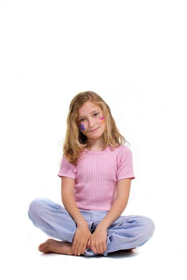 Hübsches Mädchen mit der Blumenbasisrecheneinheitsverfassung, die auf dem Fußboden sitzt stockfoto