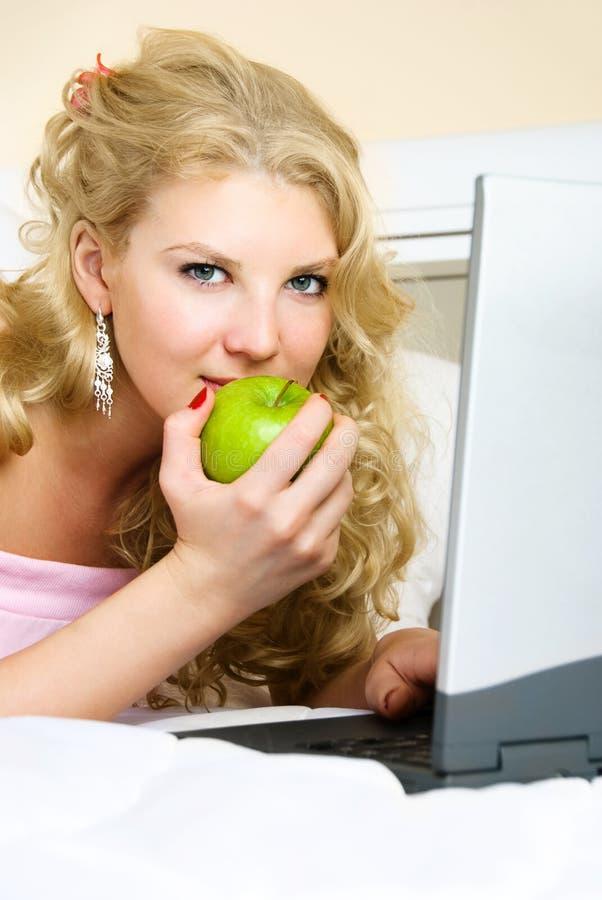 Hübsches Mädchen mit einem Laptop lizenzfreie stockfotos