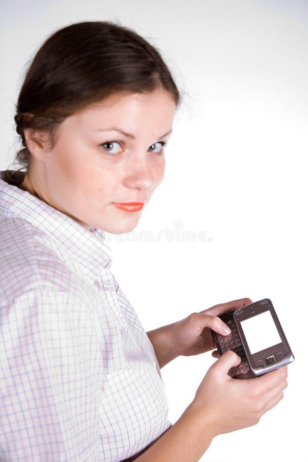 Hübsches Mädchen mit einem smartphone lizenzfreie stockfotografie