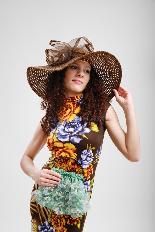 Hübsches Mädchen mit einer Handtasche und einem Hut. lizenzfreie stockfotos