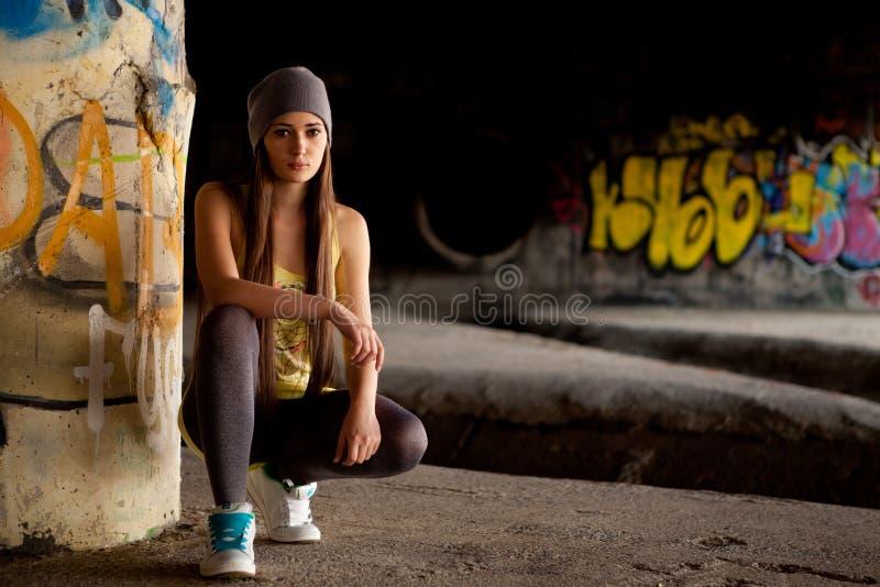 Hübsches Mädchen mit grauem Hut lizenzfreie stockfotos
