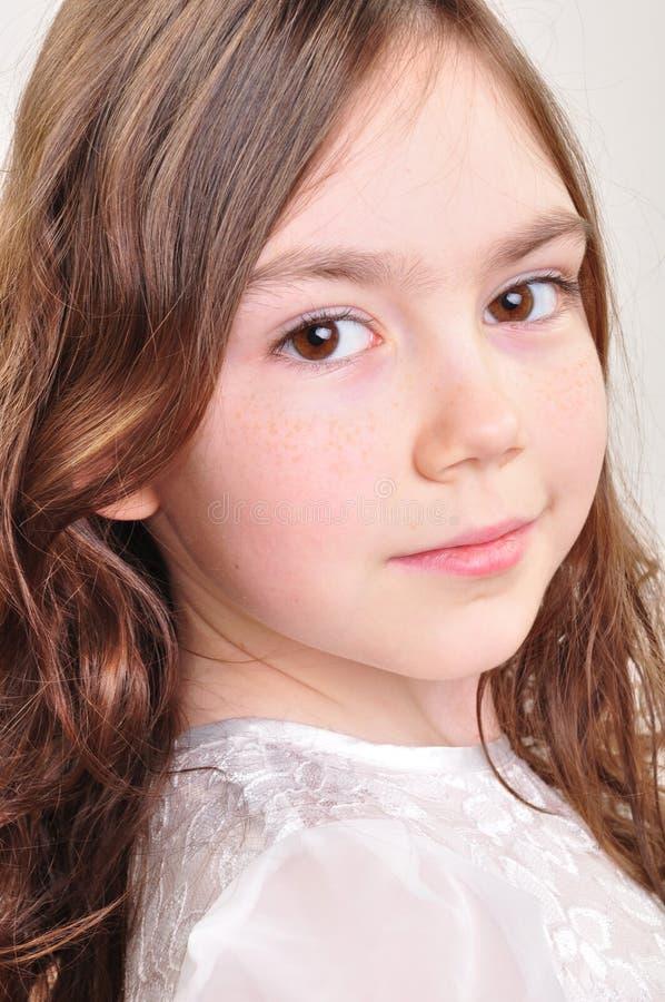 Hübsches Mädchen mit 8-Jährigen im weißen Kleid stockfotos