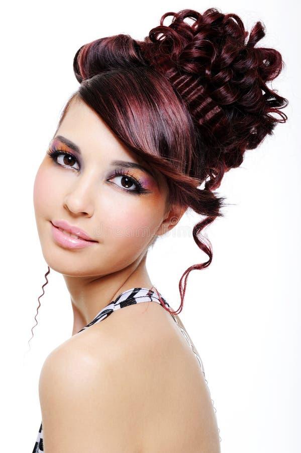 Hübsches Mädchen mit kreativer Frisur lizenzfreie stockfotografie