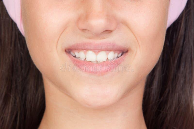 Hübsches Mädchen mit schönem Lächeln lizenzfreies stockbild