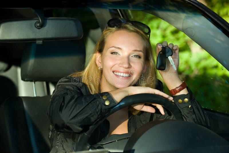Hübsches Mädchen mit Tasten vom neuen Auto lizenzfreies stockfoto