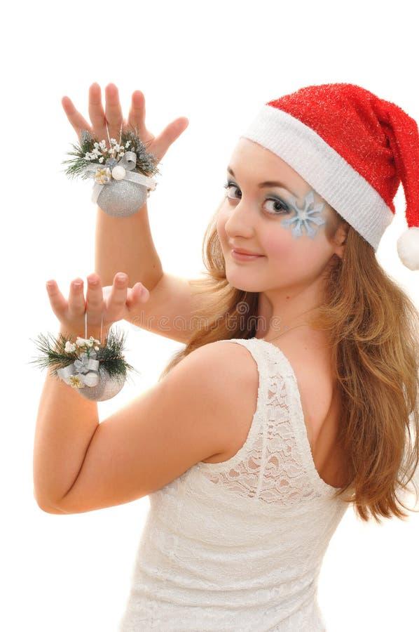 Hübsches Mädchen mit Weihnachtsspielwaren stockfoto