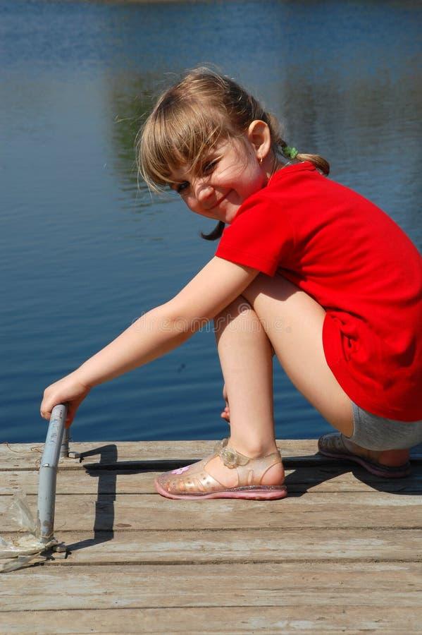 Hübsches Mädchen nahe Wasser lizenzfreies stockfoto