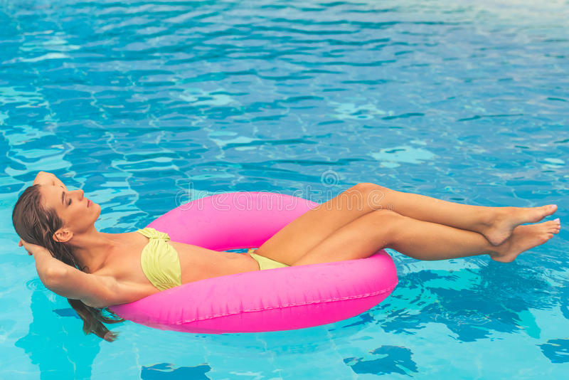 Hübsches Mädchen am Pool stockfoto