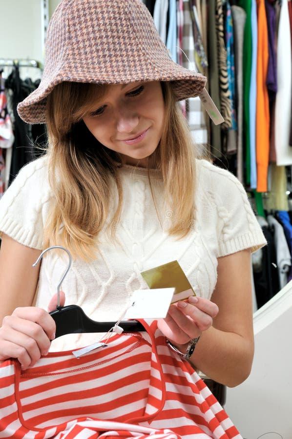 Hübsches Mädchen wählt Herbstkleidung lizenzfreie stockfotos