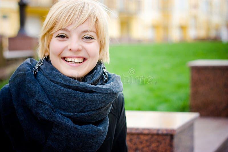 Hübsches Mädchenlächeln lizenzfreies stockfoto