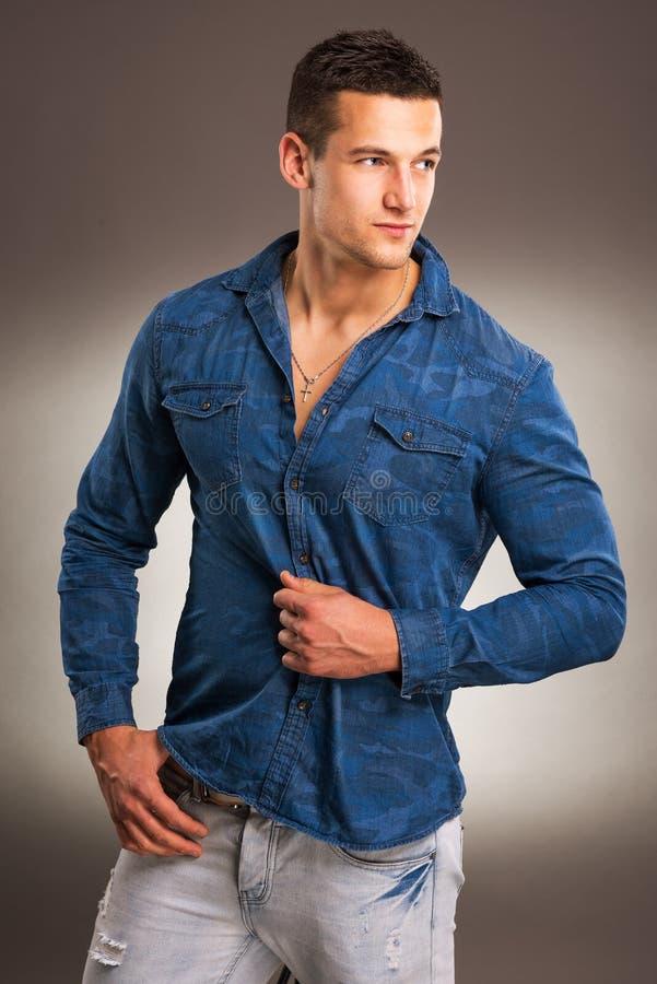 Hübsches männliches Modell auf grauem Hintergrund lizenzfreies stockfoto