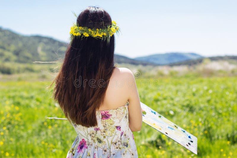 Hübsches Malermädchen mit Palette stockbilder