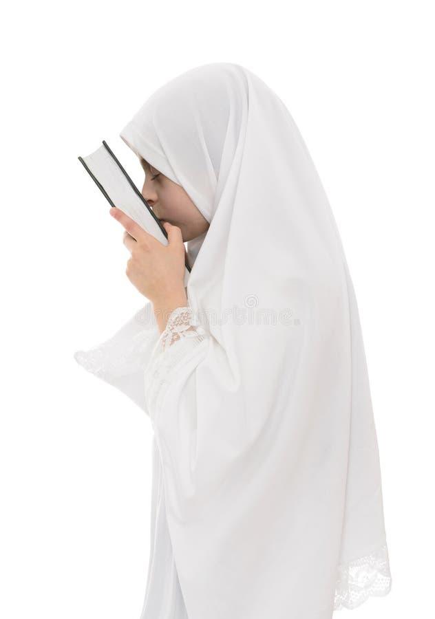 Hübsches moslemisches Mädchen in der Liebe mit Heiliger Schrift von Quran lizenzfreie stockfotos