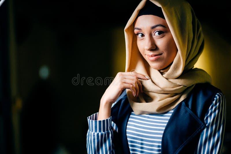 Hübsches moslemisches Mädchen im hijab im Café stockfotos