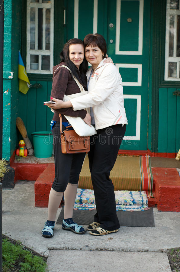 Hübsches Mutter-und Tochter-Porträt-Umarmen lizenzfreie stockbilder