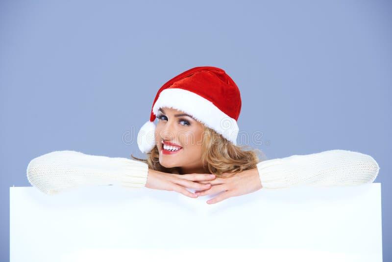 Hübsches Santa Woman Smiling Over White-Brett lizenzfreie stockfotografie