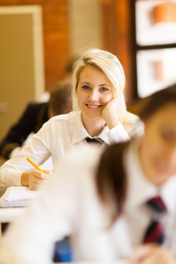 Hübsches Schulemädchen stockfotografie