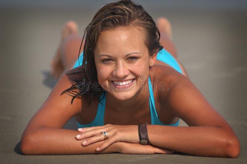 Hübsches Strand-Mädchen stockfoto