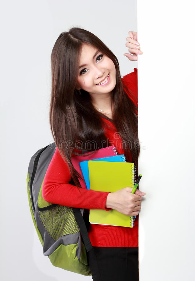 Hübsches Studentinporträt mit leerem Brett stockfotografie