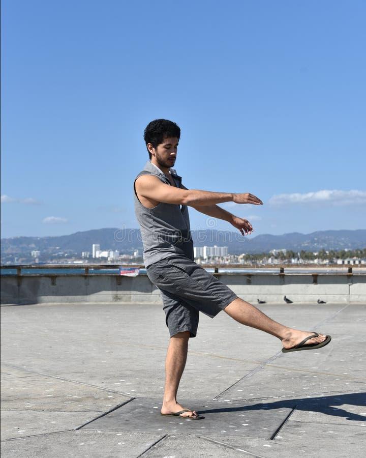 Hübsches Tanzen des jungen Mannes auf einem Pier lizenzfreies stockbild