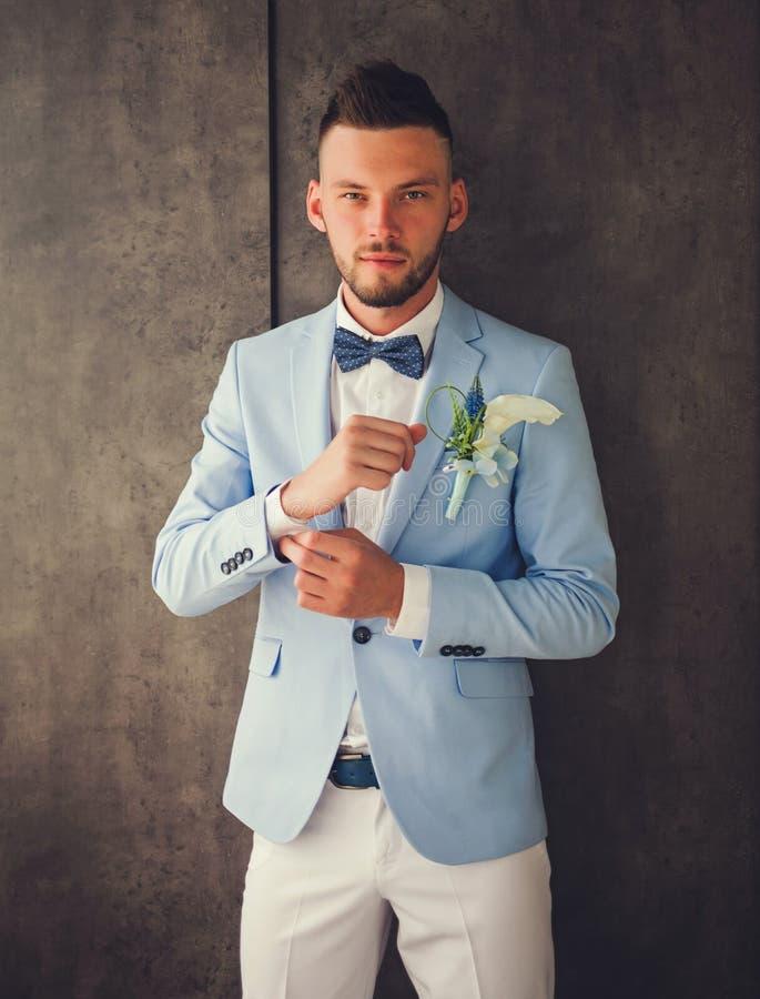 Hübsches Verlobtes im blauen Anzug und im weißen Hemd lizenzfreie stockbilder