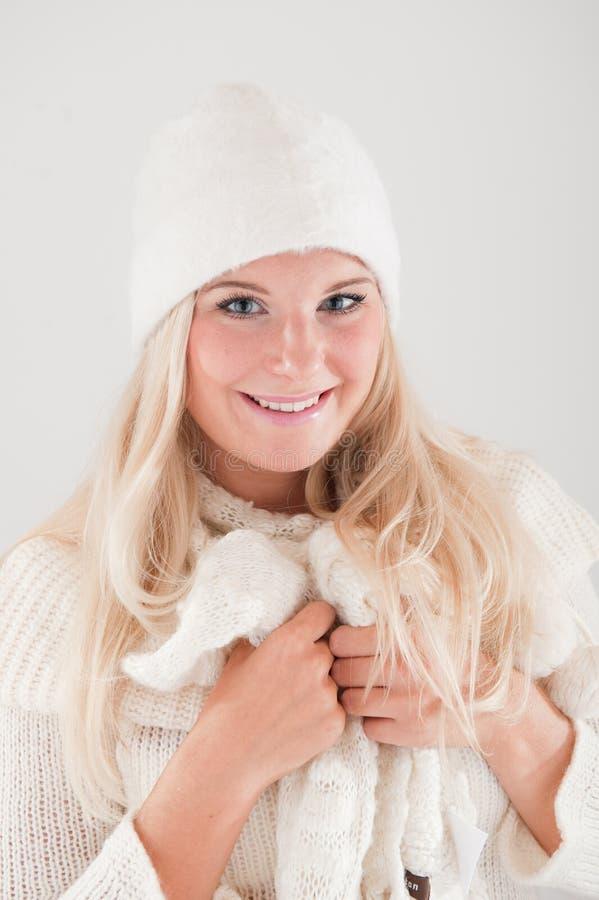 hübsches Wintermädchen im weißen Hut und im Schal lizenzfreies stockbild