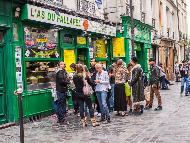 Hüfte Parisians-Anordnung am Falafelshop im Marais, Paris, Fran stockfotos