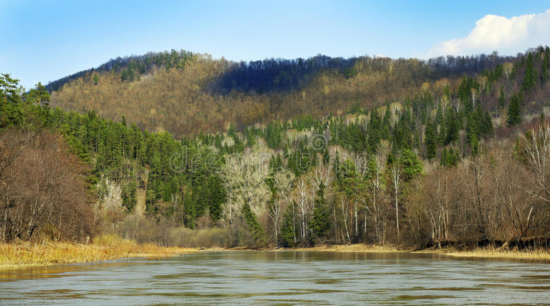 Hügel in dem Zilim-Fluss lizenzfreie stockfotos