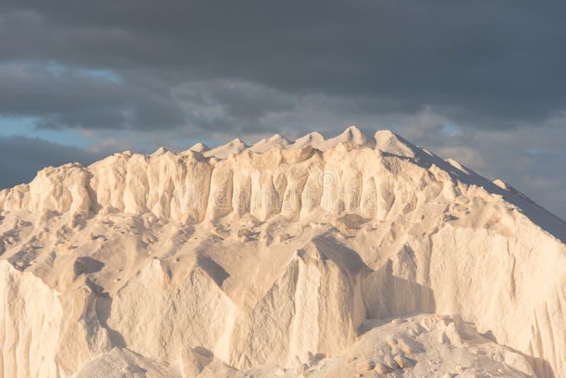 Hügel des reinen Salzes, wenn Sonne geglättet wird lizenzfreies stockbild