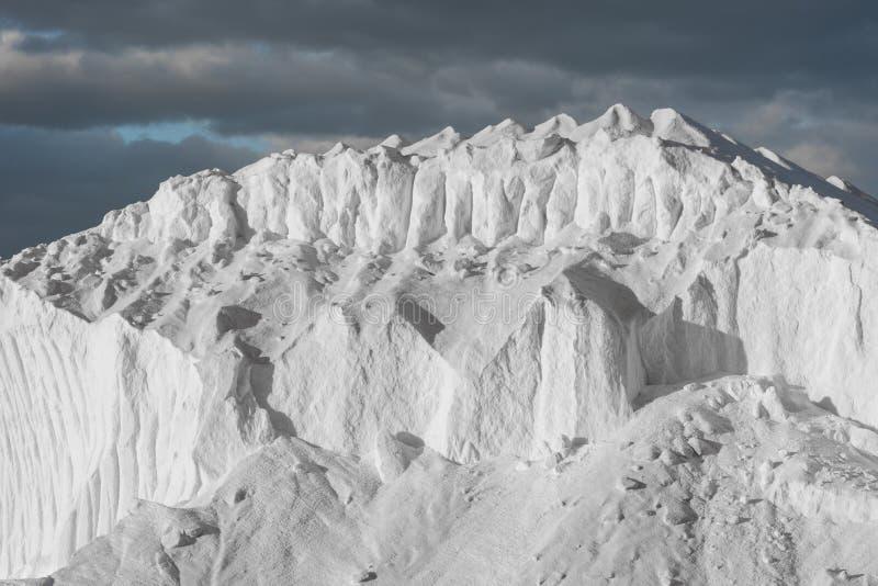 Hügel des reinen Seesalzes unter dunklen Wolken lizenzfreie stockfotos