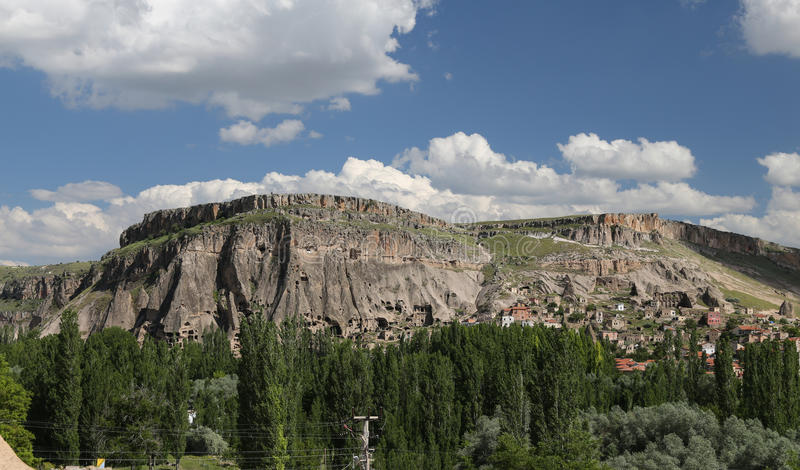 Hügel mit Höhlen in Guzelyurt-Stadt, Cappadocia stockfotos