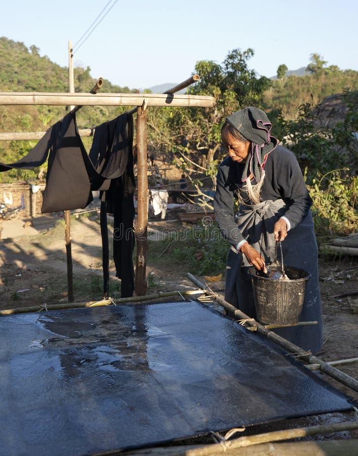 Hügel-Stamm-Frau, die Bambuspapier bildet lizenzfreie stockbilder