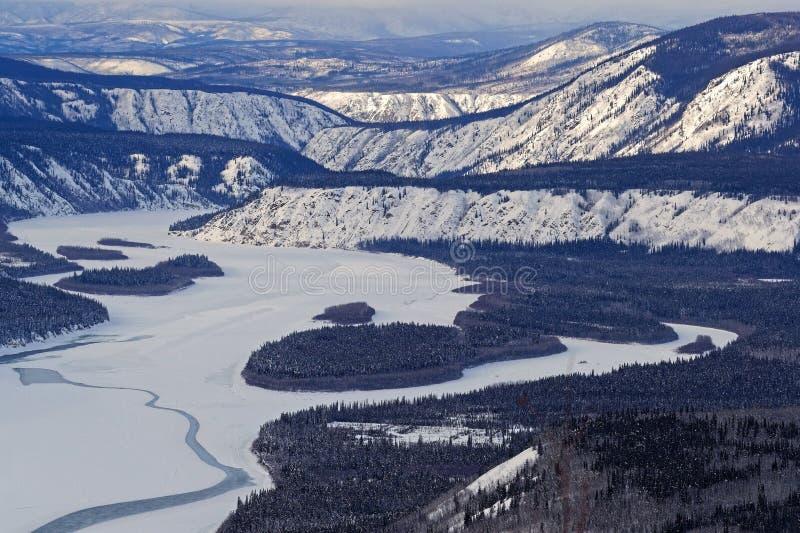 Hügel- und Flusslandschaft während des Winters stockfotografie