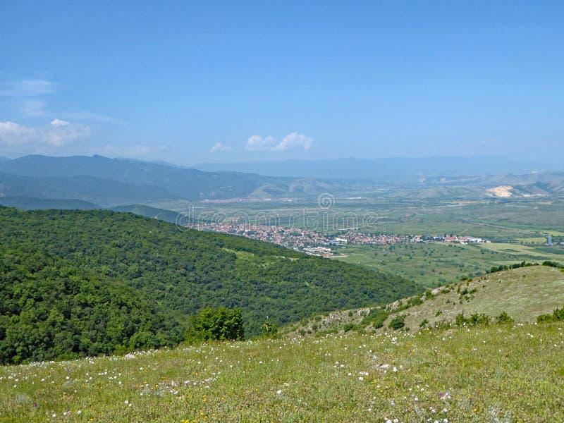 Hügel von Mittel-Bulgarien im Sommer lizenzfreies stockbild
