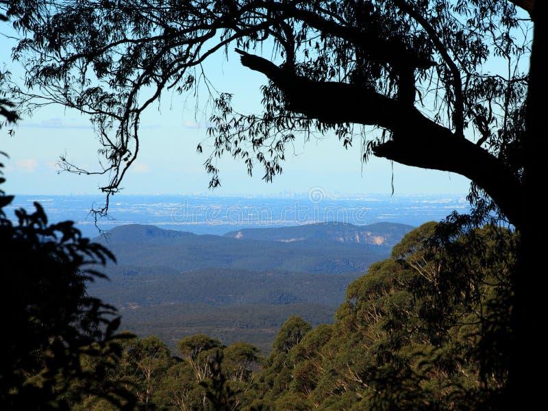 Hügelige Landschaft mit Ansicht zur Metropole stockfotos