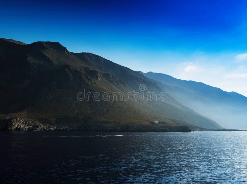 Hügelige Strandlandschaft des horizontalen klaren Ozeans lizenzfreie stockfotos