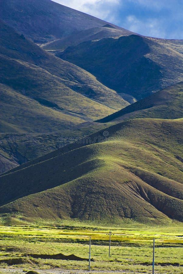 Hügelige tibetanische Landschaft lizenzfreies stockbild
