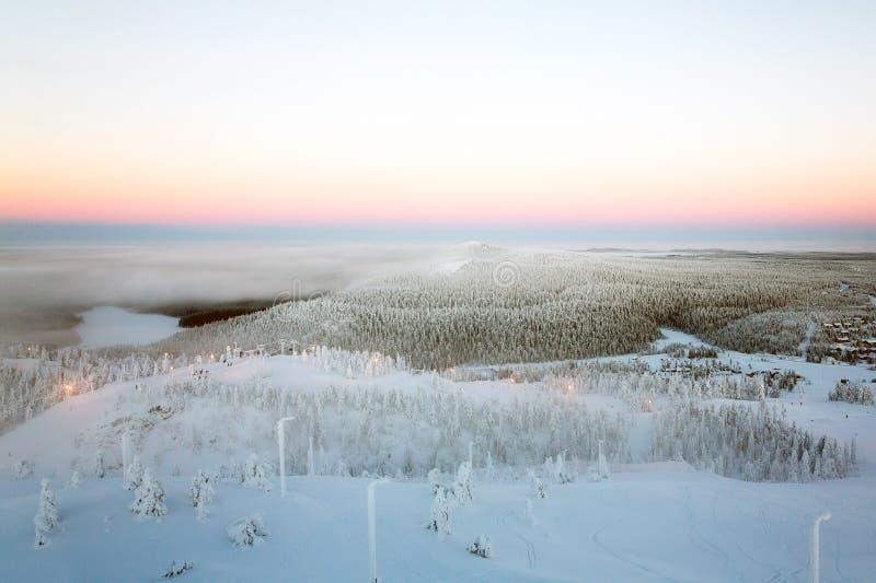 Hügelige Winterlandschaft Sonnenuntergang stockbilder