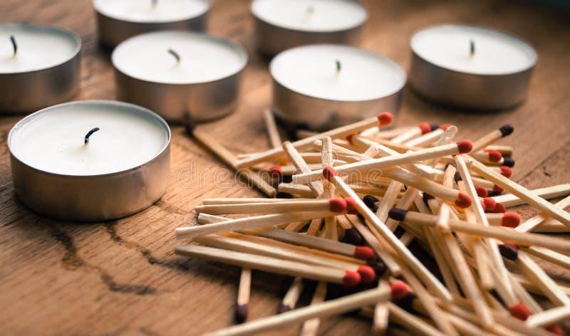 Hügelmatch für die Kerzen auf Tabelle lizenzfreie stockfotografie